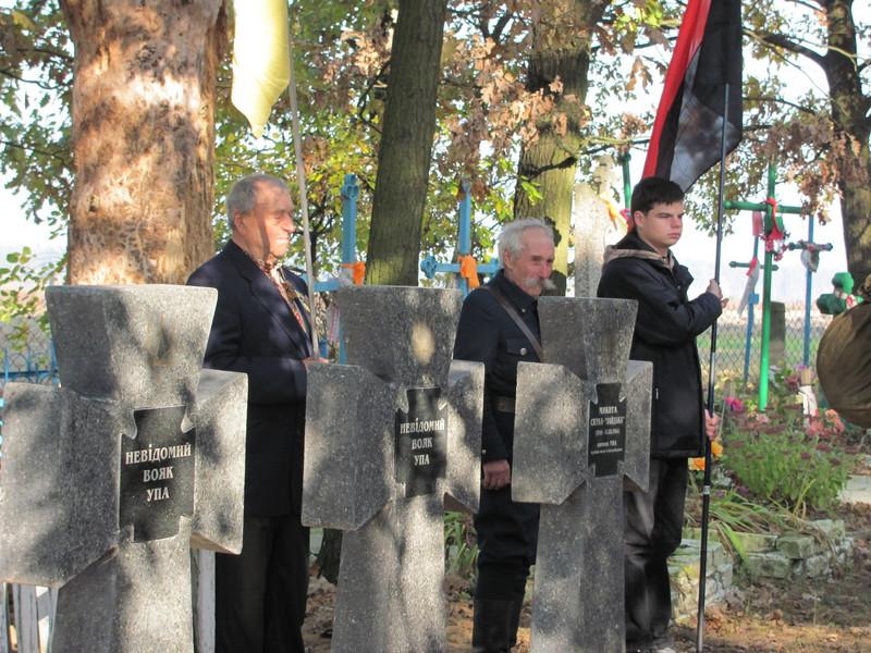 Почесна варта біля могил повстанців