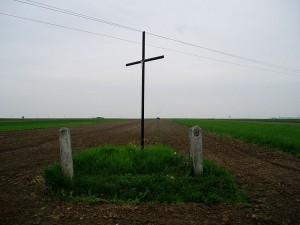 Хрест посеред пашні