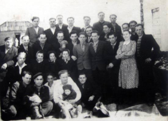 Іван Терлецький з групою політв'язнів-українців. Колима, 1955 р. Стоїть в першому ряду четвертий справа.