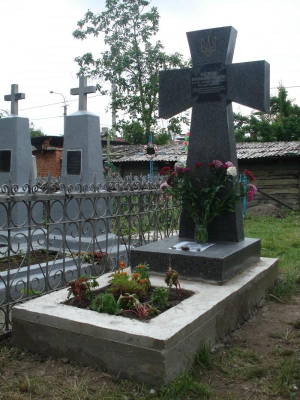 Вночі невідомі принесли до могили полковника квіти