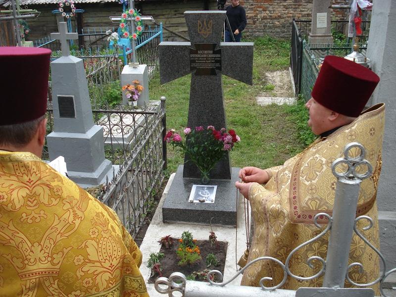 Освячення петлюрівського хреста на могилі полковника