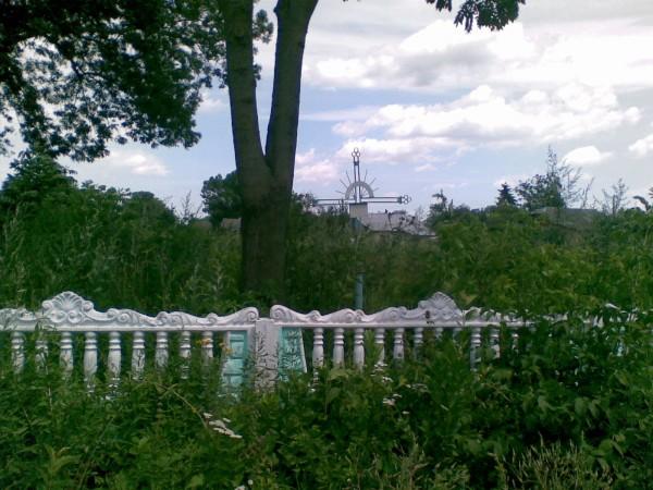 Могила розташована на краю цвинтаря