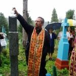 Протоієрей УГКЦ освячує пам'ятник на могилі хорунжого