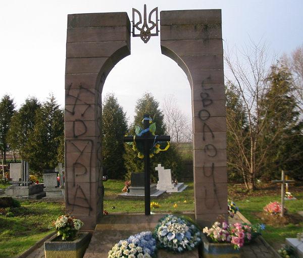 Пам'ятник воїнам УПА у селі Грушовиці на Закерзонні