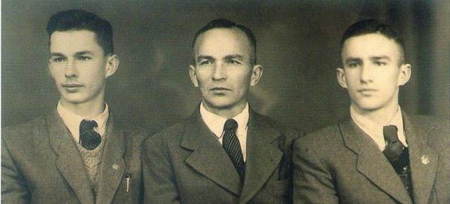 Никифор Авраменко з синами Романом (ліворуч) та Антонієм (праворуч)