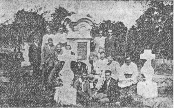 Члени комітету і гості під памятником.