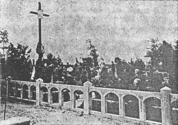 Пластунки 32-го куреня ім. Олени Пчілки упорядковують гроби на воєннім цвинтарі в Тернополі.