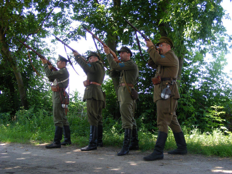 Члени клубу Військово-історичної реконструкції «Чота пішої розвідки 3-ї Залізної дивізії Армії УНР»