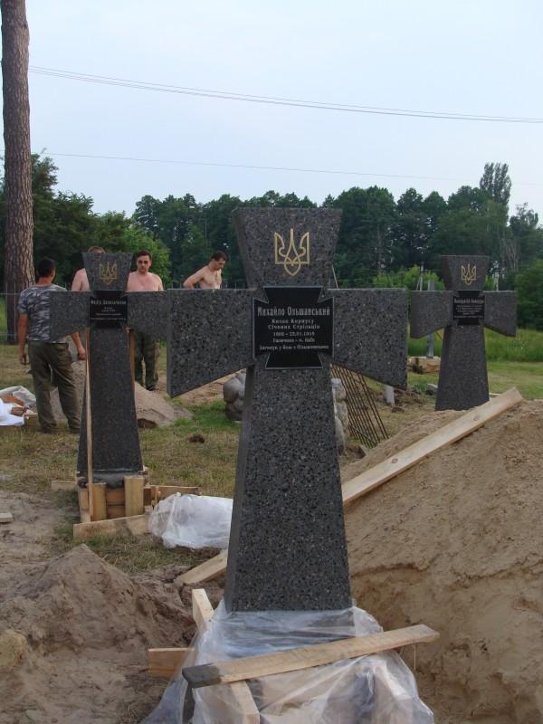 Пам'ятники виготовлені у формі Ордену Хреста Симона Петлюри
