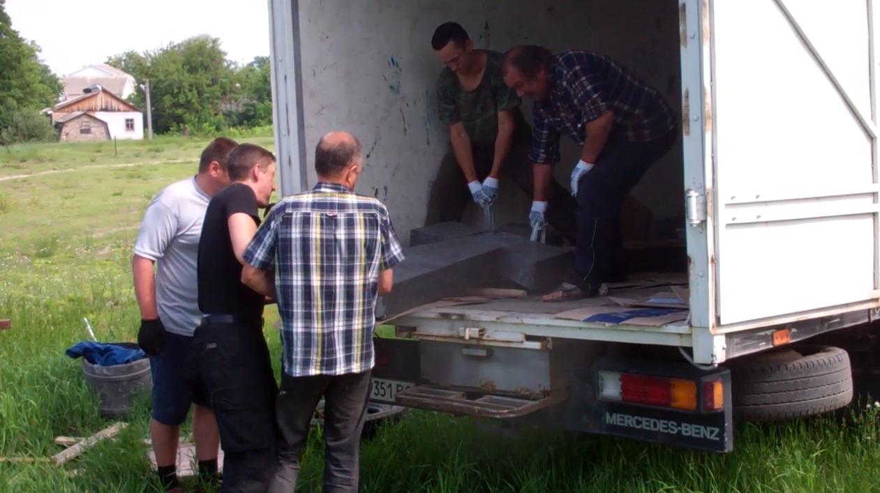Активісти вивантажують петлюрівський хрест