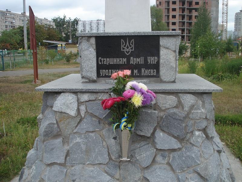 Квіти до монументу