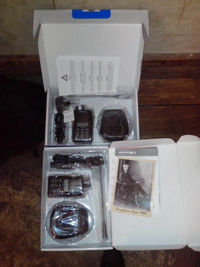 Два комплекти радіостанцій. До коробки поклали нашу листівку, аби не виникало сумнівів коли і ким була зроблена знимка.