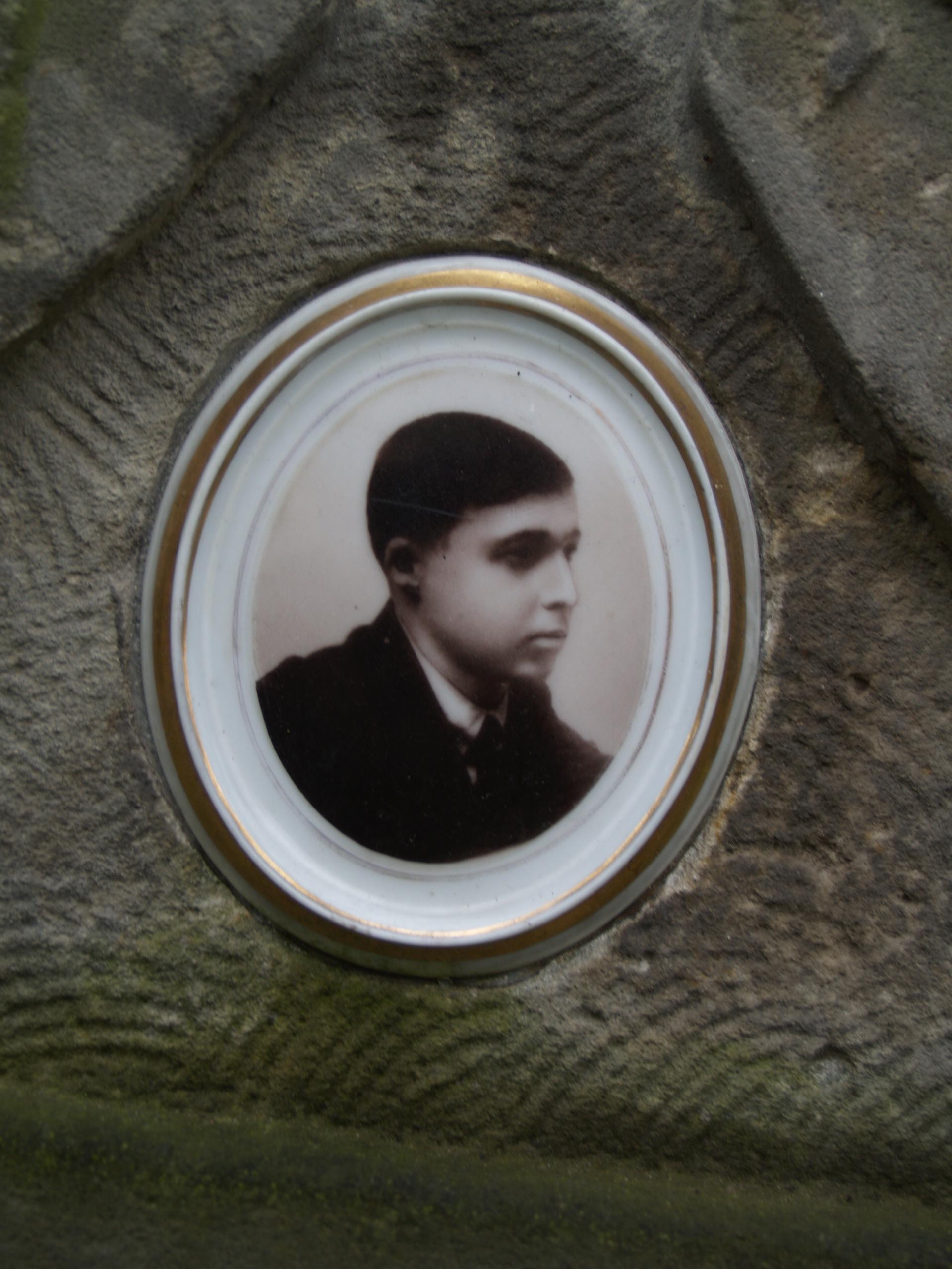 Медальйон зі світлиною М. Фролова на надгробку