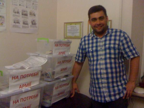 Волонтер Сергій Погорельчук зі скринями для збору пожертв