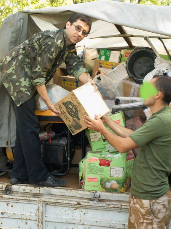 Люди, які доставляють допомогу у зону бойових дій також вчиняють подвиг