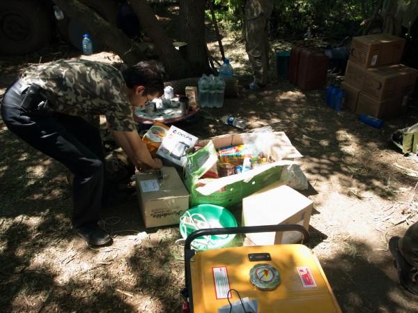 Хлопці розпаковують пакунки