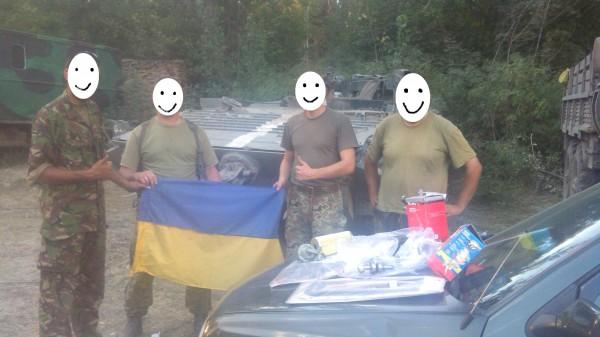 Бійці 30-ї ОМБ ЗСУ біля подарованого авта