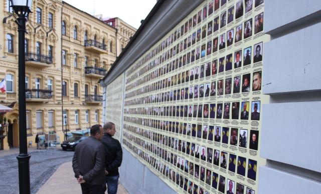 Банер зі світлинами та іменами загиблих героїв