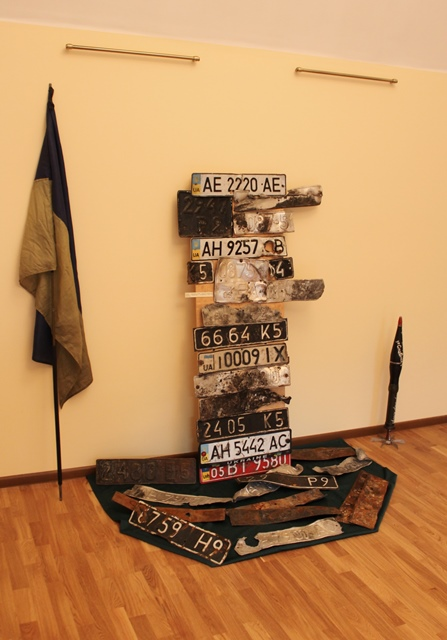 Номерні знаки знищеної техніки та прапор винесений з поля бою