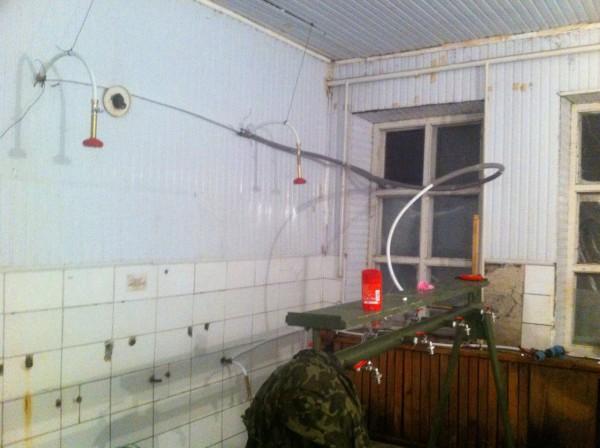 У старому приміщенні був облаштований душ з гарячою та холодною водою