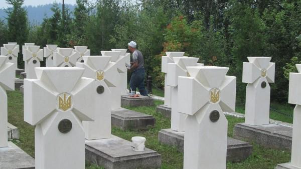 Усі хрести рівнопромінневі із золотими тризубами