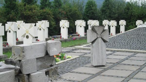 Старі бетонні хрести замінили на вапнякові