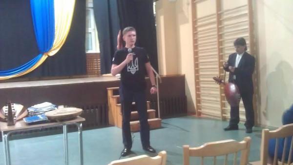 Євген виступає перед учнями українського ліцею