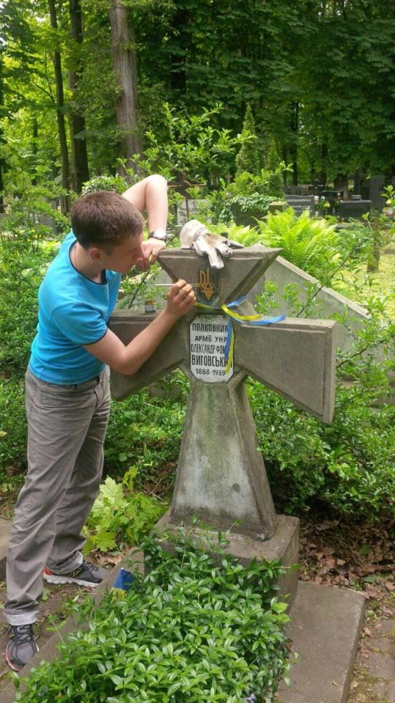Євген золотить тризуби на могилах українських воїнів