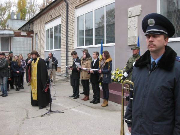 Отець Сергій Чудинович (УПЦ КП) освячує пам'ятні знаки