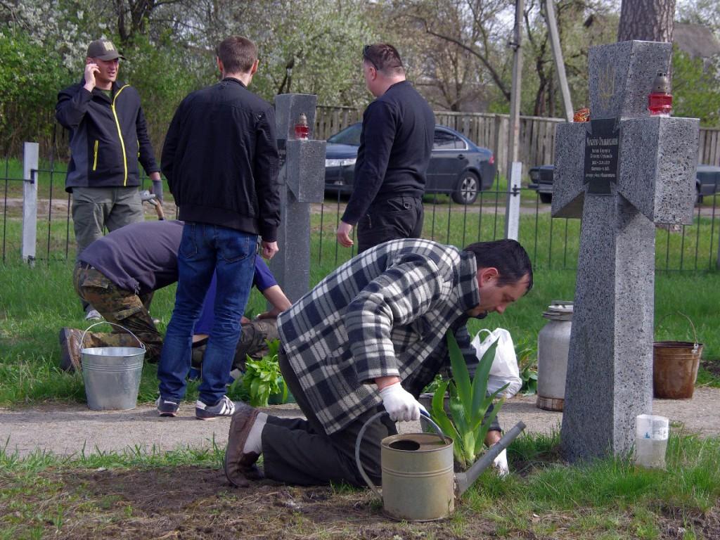 Волонтери висаджують нові квіти