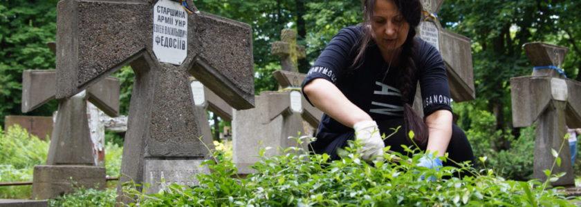 Українці Варшави впорядкували могили на православному цвинтарі на Волі у Варшаві