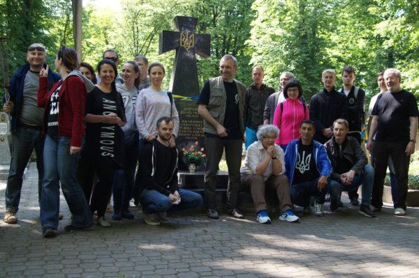 Учасники толоки на православному цвинтарі на Волі у Варшаві