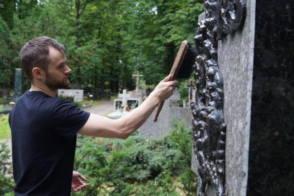 Чищення рельєфу на пам'ятнику