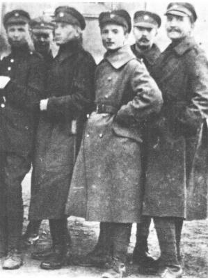 Віктор Цимбал (посередині) серед вояків Армії УНР