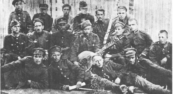 Віктор Цимбал (другий ліворуч у першому ряду) у таборі Вадовіце, 1921 р.