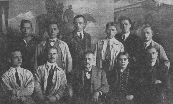 Віктор Цимбал (перший ліворуч) у Мистецько-Промисловій школі в Празі, 1926 р. За спиною В. Цимбала стоїть митець Юрій Вовк.
