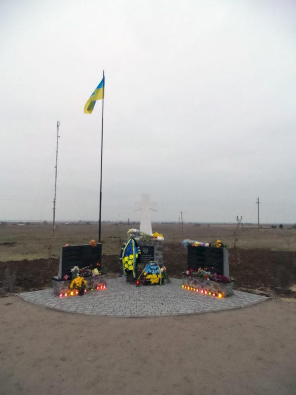 Пам'ятник у вечірніх сутінках в день відкриття