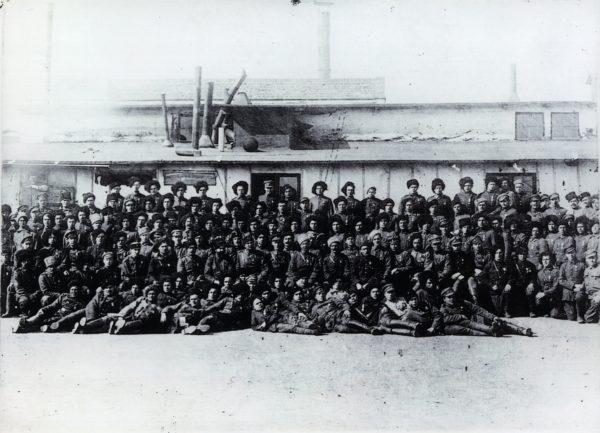 Група старшин 2-ї Волинської дивізії Армії УНР, відзначених Залізним Хрестом «За Зимовий похід та бої». 1921 р.