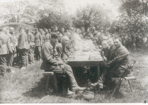 Відпочинок між боями. Козаки та старшини 3-ї Залізної дивізії Армії УНР, 1920 рік.