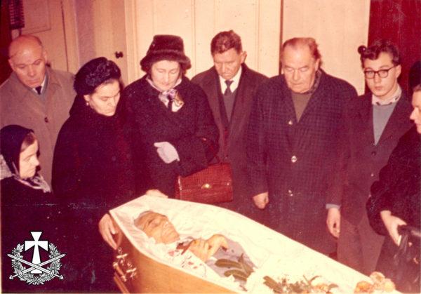 Вдова Тетяна та друзі прощаються із Василем Перебийносом, третій праворуч - Петро Петренко, поручник 5-ї Херсонської дивізії Армії УНР, ветеран Карпатської Січі. Лондон - 19.11.1966.