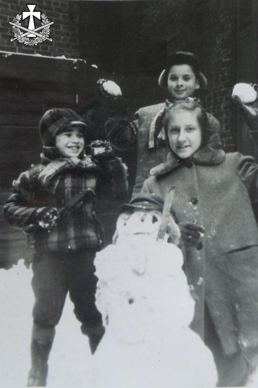 Балабанові діти бавляться в сніжки з сусідкою-українкою. Нью-Йорк, 1957 р.