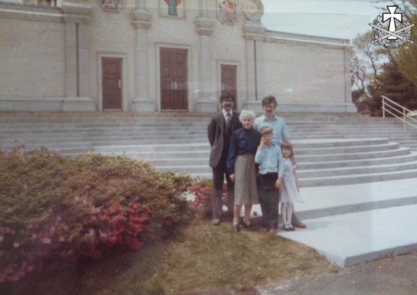 Емілія Балабан із синами Олександром та Зиновієм, а також із онуками (дітьми Зиновія): Михайлом та Уляною. Савт-Бавнд-Брук, Нью-Джерсі - орієнтовно 1980 р.
