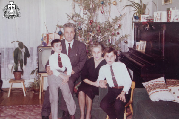 Родина Балабанів у своєму помешканні в Квінс, Нью-Йорк, кінець 1950-х років.