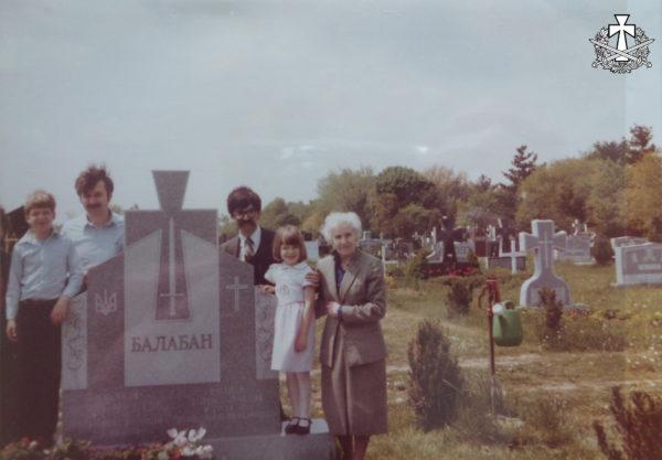 Біля могили чоловіка. Емілія Балабан із синами Олександром та Зиновієм, а також із онуками (дітьми Зиновія): Михайлом та Уляною. Савт-Бавнд-Брук, Нью-Джерсі - орієнтовно 1980 р.