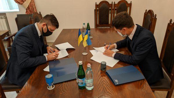 Анатолій Хромов та Павло Подобєд підписують Меморандум про співпрацю та координацію зусиль.