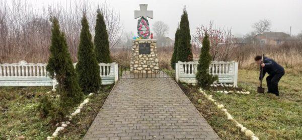 Пан Святослав Захорук біля могили сірожупанників.