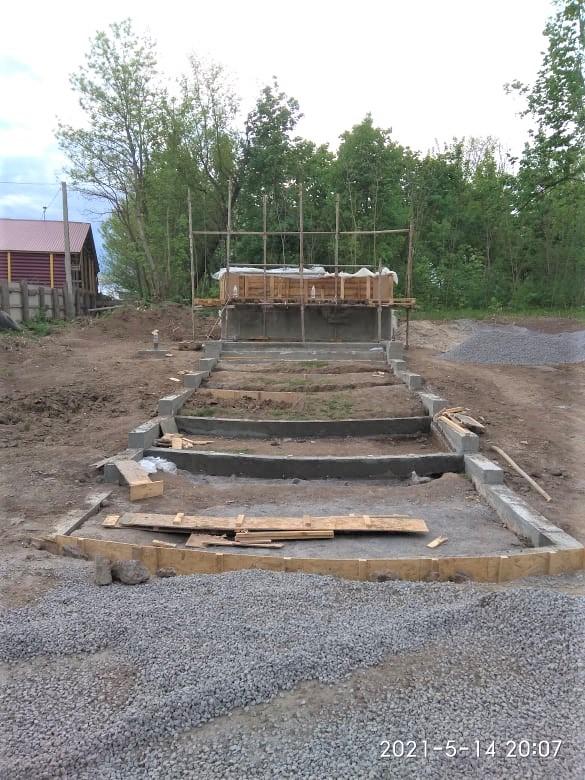 Лиття основи пам'ятника (вгору), завершення формування сходів-терас. 14 травня 2021 р.