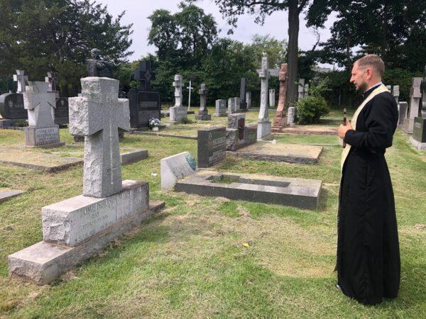 Отець Василь Шах звершує панахиду на могилі Івана Омеляновича-Павленка